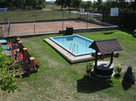 Venkvoní bazén a tenisový kurt