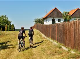 Vinařská cyklostezka vede kolem mlýna