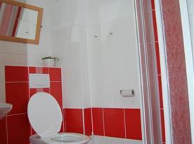 Dolní apartmán - sociální zařízení se sprchovým koutem a toaletou