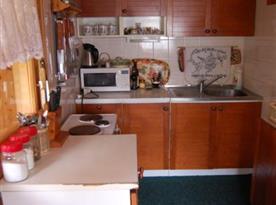 Kuchyně s vařičem, lednicí, mikrovlnou troubou a rychlovarnou konvicí