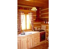 Kuchyně s sklokeramickou deskou, troubou, lednicí, kávovarem