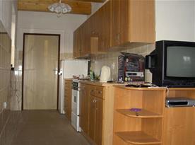 Kuchyně s linkou, sporákem, troubou, lednicí a rychlovarnou konvicí