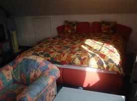 Pokoj s posezením, lůžky a televizí