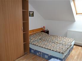 Část ložnice s velkou skříní