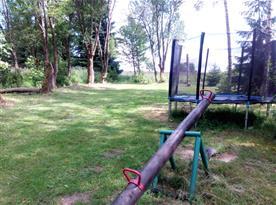 Zahrada za chatou s houpačkou, trampolínou a opičí dráhou