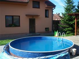 Pohled na objekt s bazénem