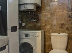 Toaleta s umyvadlem a pračkou