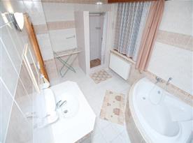 Koupelna s rohovou vanou, sprchovým koutem a umývadlem