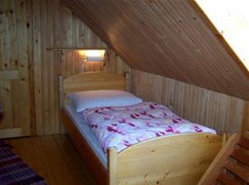 Ložnice C s lůžkem, poličkou a lampičkou