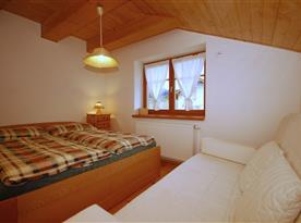 Objekt i. společenská místnost s kuchyňským a jídelním koutem a 2 ložnicemi - ložnice 1