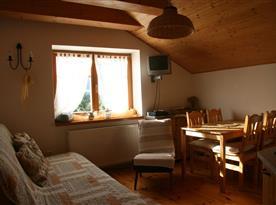 Objekt I.: apartmán pre 4-6 osob:  místnost s kuchyňským a jídelním koutem a velkým rozkládacím lůžkem