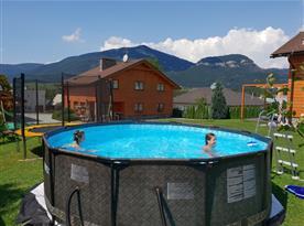 letní relax v bazéně