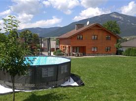 v létě relax v bazéně