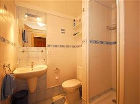 Objekt i. společenská místnost s kuchyňským a jídelním koutem a 2 ložnicemi - koupelna ři ložnici 2