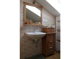 Objekt II.: Apartmáín I. - koupelna se sprchovým koutem a  umyvadlem