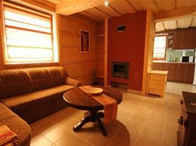 Obývací pokoj s posezením v apartmánovém domě
