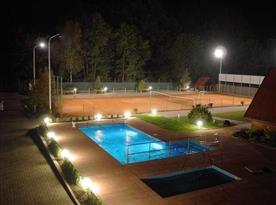 Venkovní bazén a tenisové kurty
