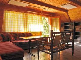 Součástí každé chatky je obývací pokoj s pohodlným posezením