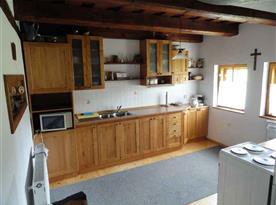 Kuchyně s lednicí, sporákem, mikrovlnou troubou a rychlovarnou konvicí
