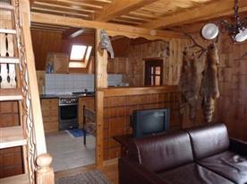 Obývací pokoj se sedačkou a televizí