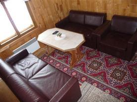 Obývací pokoj se sedačkou a konferenčním stolem