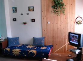Ložnice s lůžky a televizí se satelitním příjmem