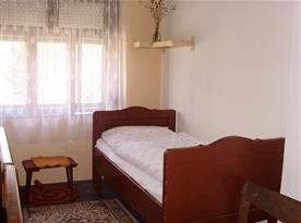 Pohled na interiér ložnice s lůžkem