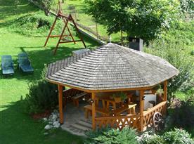 Upravená záhrada s altánkem